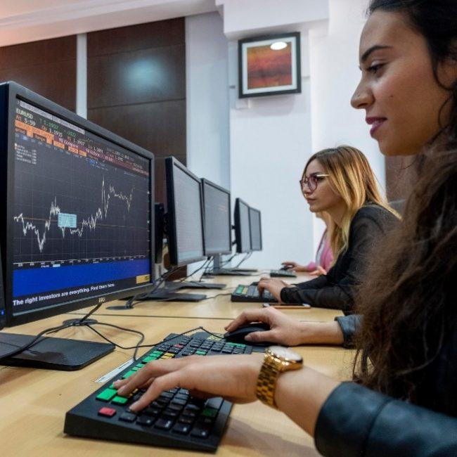 Étudiantes-en-Finance-à-la-Salle-de-Marchés-de-lUniversité-privée-Tunis-Carthage-650x650