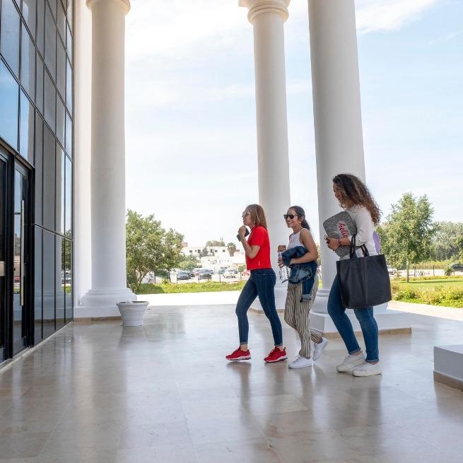 Étudiantes-tunisiennes-entrant-à-lUniversité-Tunis-Carthage