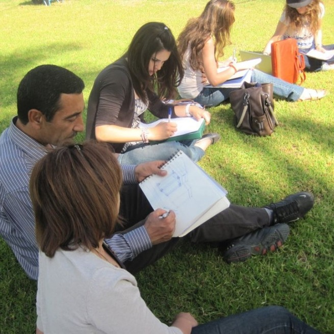 Students-who-make-of-sketchs-in-the-park-of-lUTC
