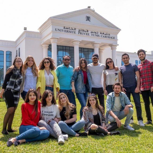Groupe-détudiants-devant-la-façade-de-lUniversité-Privée-Tunis-Carthage-650x650