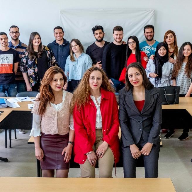 Groupe-détudiants-en-business-avec-enseignantes-à-lUTC