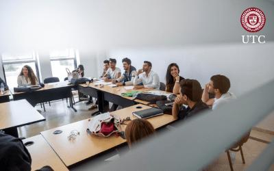 Groupe d'étudiants dans une classe à l'Université Tunis Carthage